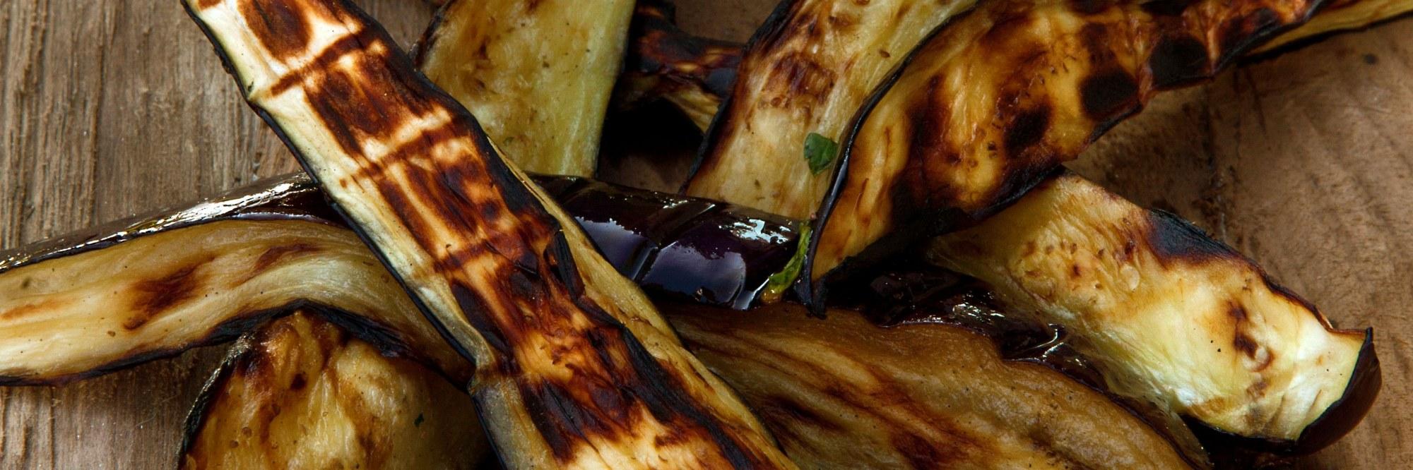 Aubergines grillées avec une sauce au chimichurri