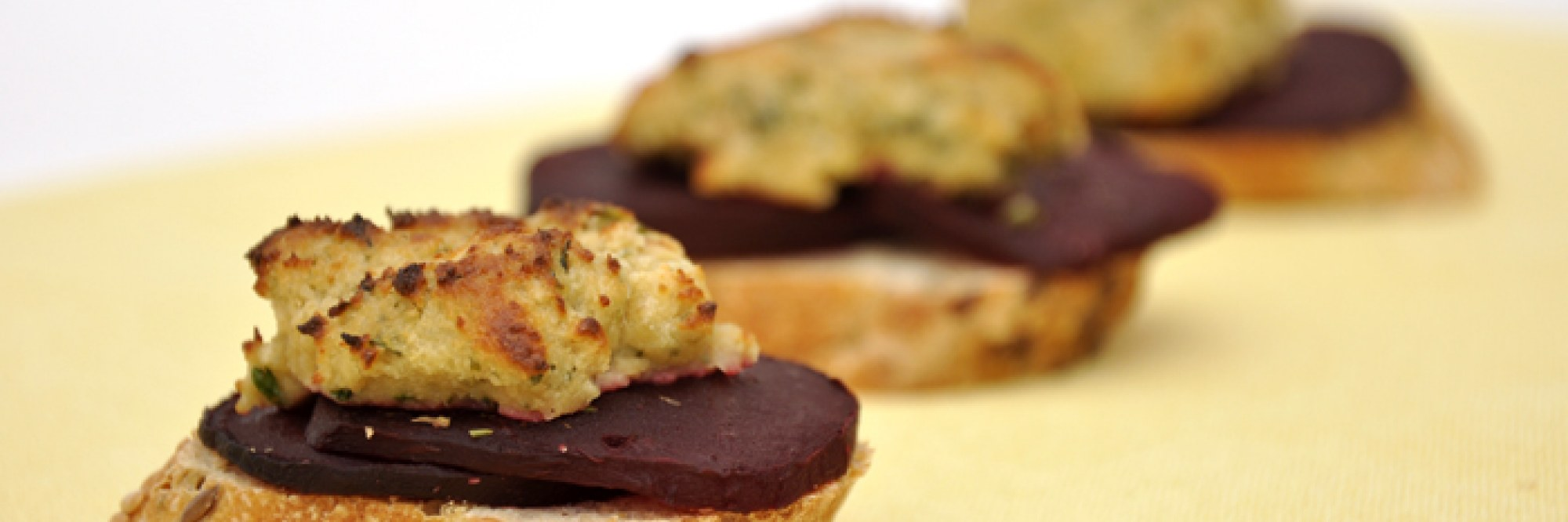 Bruschetta met rode biet en 'blauwe kaas'
