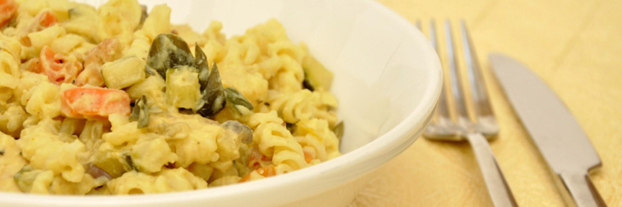 Pasta met tempeh, groenten en 'kaas'saus