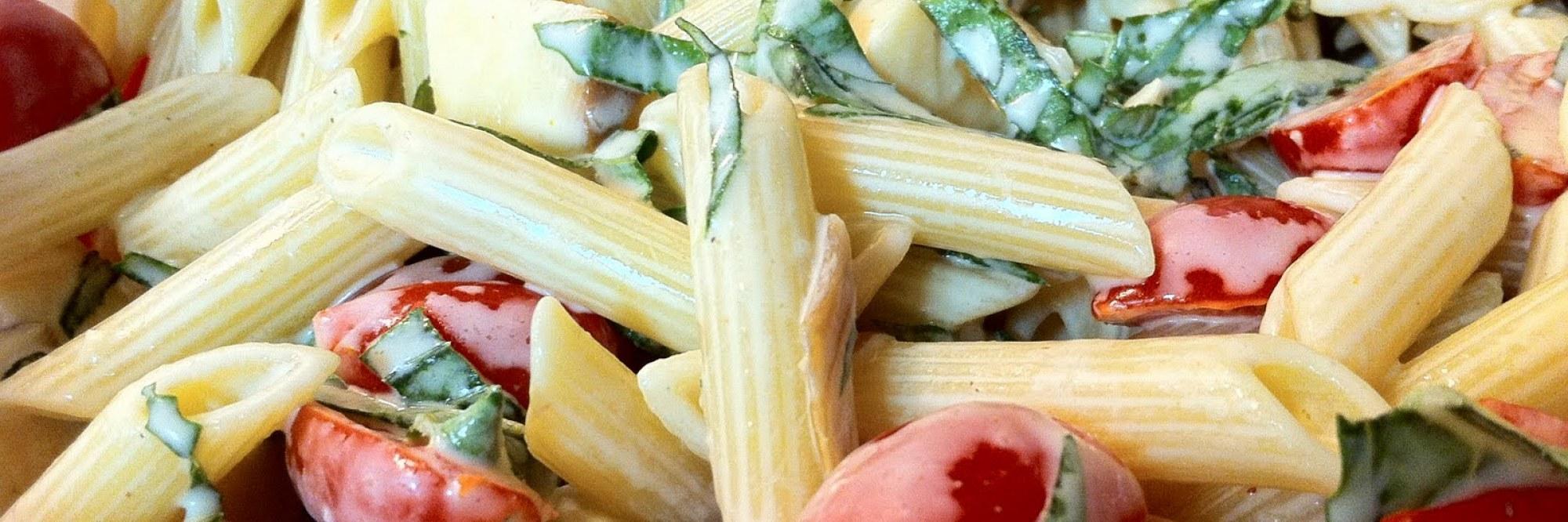 Salade de pâtes froide au basilic et à l'huile d'olive