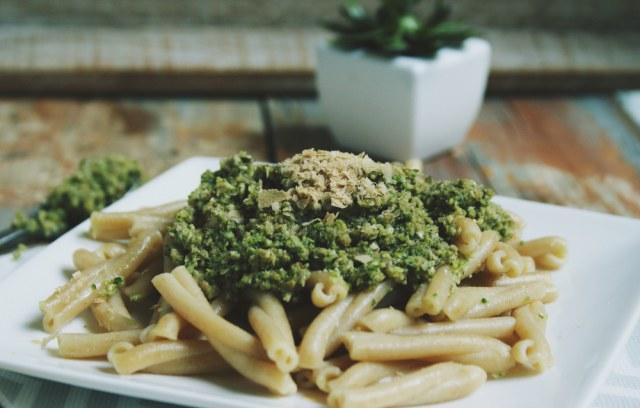 Pâtes complètes au pesto-broccoli et flocons de levure noble