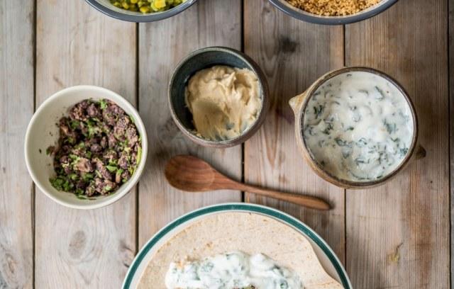 Burrito's met pittige couscous, refried beans, maisguacamole en tahinmayonaise