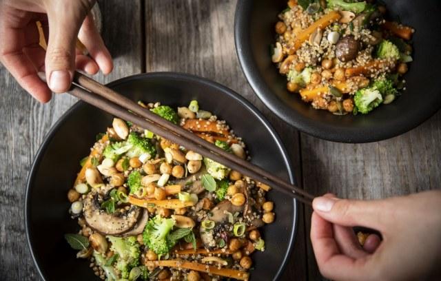 Quinoa nasi-style met krokante kikkererwten