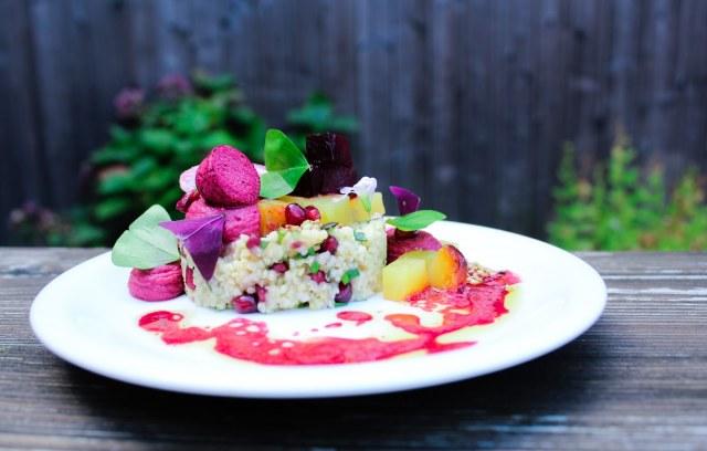 Gierst salade met gepofte rode biet en granaatappel
