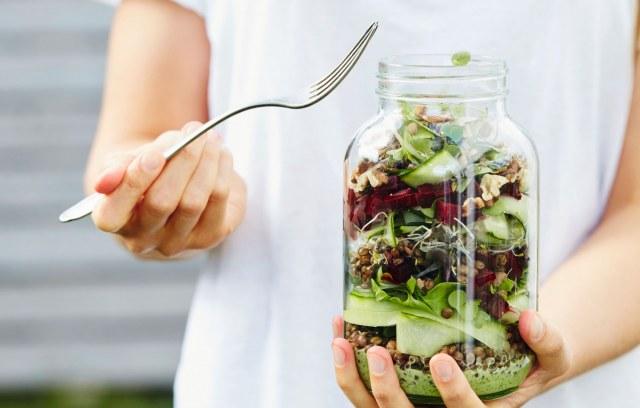 Salade de betterave-pesto en bocal