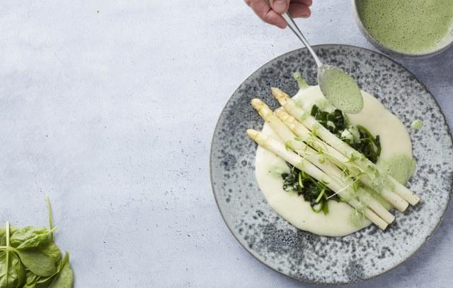 Asperges blanches grillées accompagnées d'une mousseline de pommes de terre, d'épinards et d'une sauce au cresson
