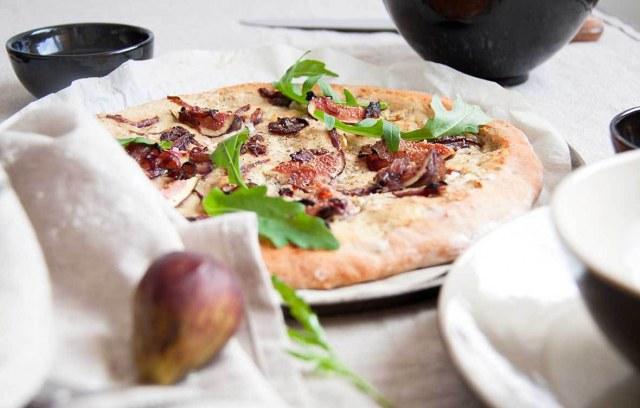 Pizza aux oignons caramélisés et aux figues